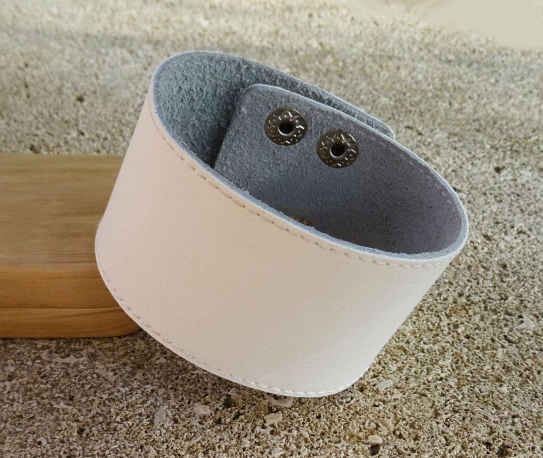 Bracelet manchette cuir blanc personnalisable pâr gravure