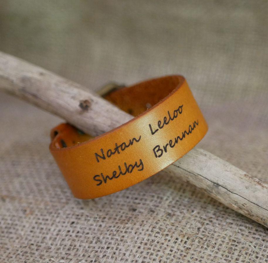 Bracelet manchette homme en cuir camel personnalisable