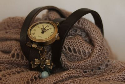 Montre bracelet triple cuir noir et breloques turquoises