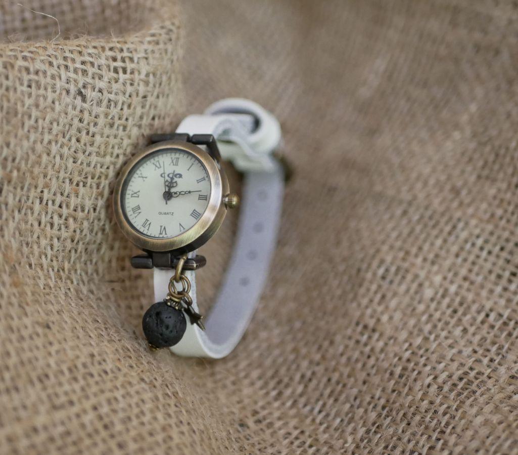 Montre breloque pierre de lave diffuseur au bracelet cuir au choix