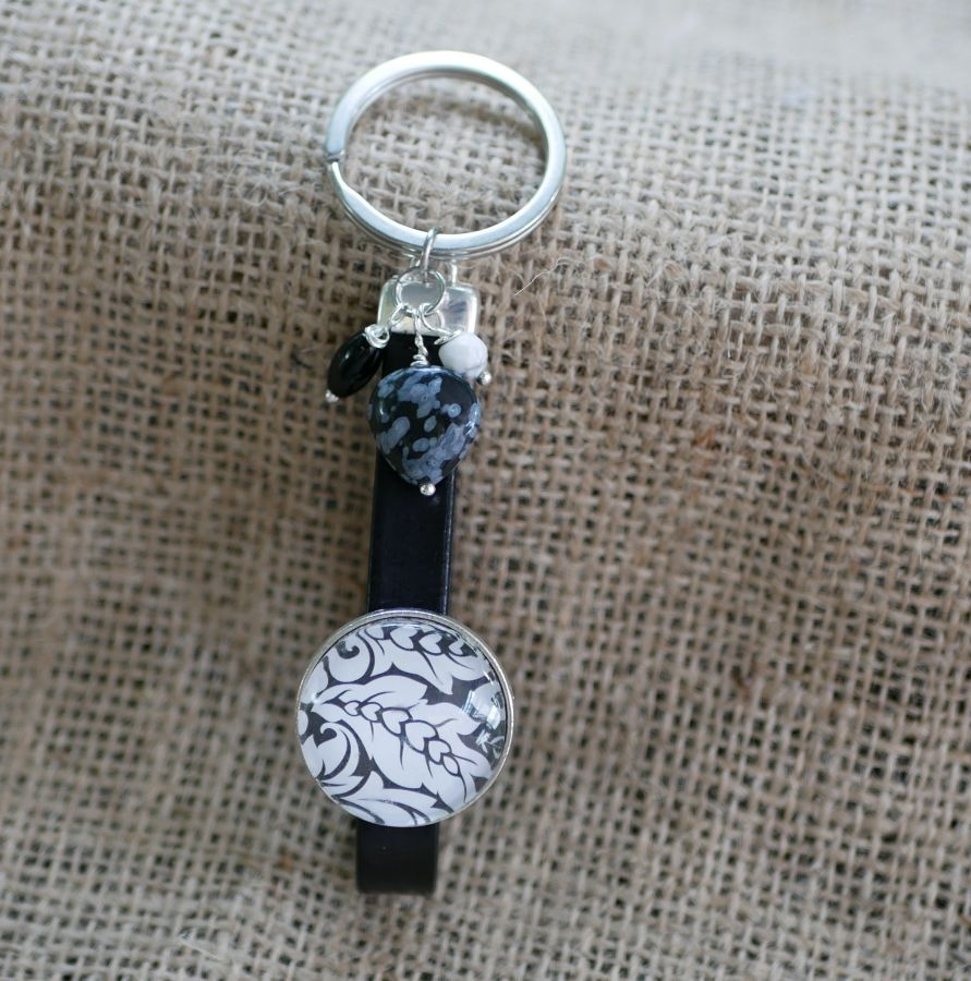 Porte-clés ou bijou de sac en cuir, cabochon Noir et Blanc et perles