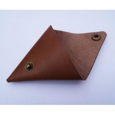 Porte-monnaie triangle en cuir marron gravé