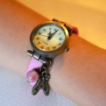 Montre fille cuir rose et breloque au bracelet ajustable