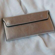 Porte-feuilles en cuir gris argenté style pochette à personnaliser