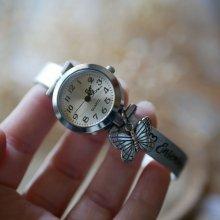Montre argent avec breloque et bracelet cuir au fermoir ajustable